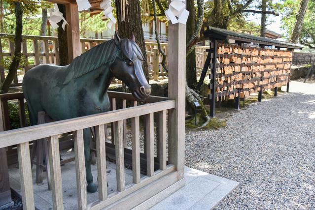 神社の境内にある馬の像