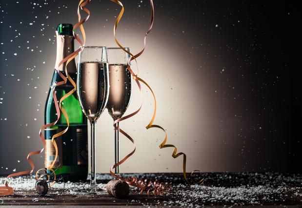シャンパンボトルとシャンパングラス