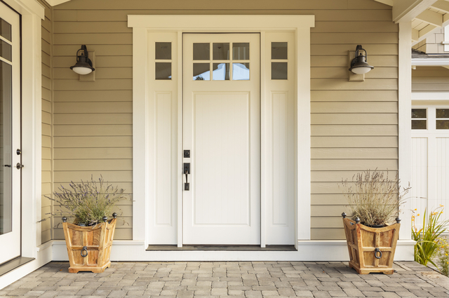 白いドアの玄関